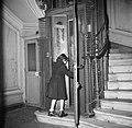 Meisje stapt in de lift, Bestanddeelnr 252-9346.jpg