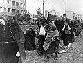 Mieszkańcy opuszczają stolicę po kapitulacji powstania warszawskiego. (21-226).jpg