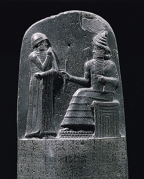 Berkas:Milkau Oberer Teil der Stele mit dem Text von Hammurapis Gesetzescode 369-2.jpg