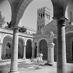 Monnik in kruisgang van de École biblique et archéologique française de Jérusale, Bestanddeelnr 255-5370.jpg