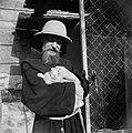 Monnik met konijn aan de rand van de tuin van de Church of the agony (Kerk van h, Bestanddeelnr 255-5339.jpg