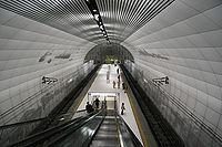 Motomachi-Chukagai Station Platform2.jpg