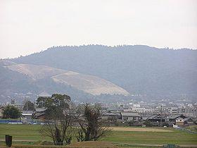 Vue du mont Wakakusa (au centre) et du mont Kasuga (à droite) depuis le palais de Nara.