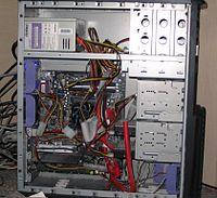 Disket s�r�c�, sabit disk ve optik diskin bulundu�u �evresel birimlerin topland��� standart tip bilgisayar kasas�