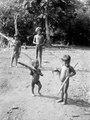Några av barnen bära på sockerrör, som är chocóbarnens slickepinnar . Darién, Sambú River. Panama - SMVK - 003990.tif