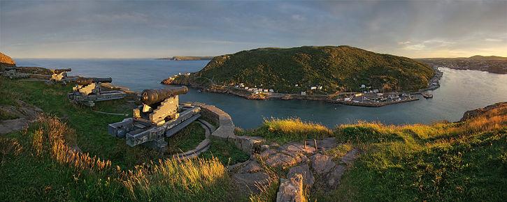 St. John's. Coucher de soleil sur Signal Hill: sur la gauche au premier plan, la batterie de la Reine; sur la droite, le port de St. John's.