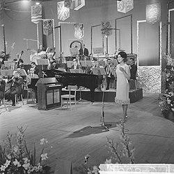 Nationaal Songfestival 1964 Anneke Grönloh met orkest, Bestanddeelnr 916-0843.jpg