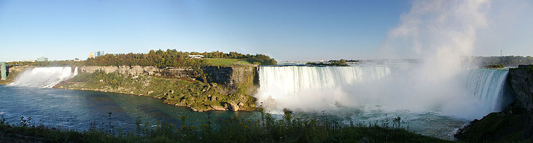 Vue panoramique des chutes du Niagara.