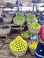 Oranges exposées en paniers à la vente à la gare automobile de Bohicon-Bénin.jpg