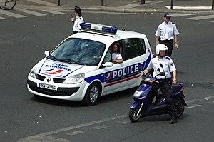 Français : Police nettoyant le carrefour en vu...