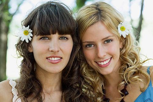 Zwei Blonde Schülerinnen Machen Mann Glücklich