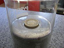 Mercurio elemento wikipedia la enciclopedia libre una moneda de una libra densidad de 76 gcm3 flota en mercurio gracias a la combinacin de la fuerza de flotacin y de la tensin superficial urtaz Gallery