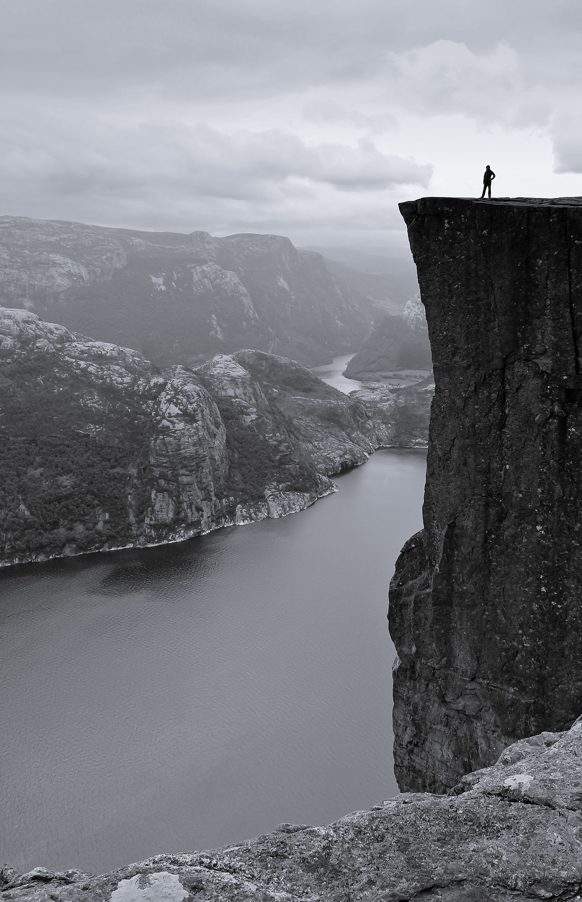 Preikestolen black and white.jpg