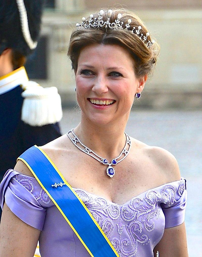 La princesse Märtha Louise de Norvège en route vers l'église du château du Palais royal de Stockholm avant le mariage entre la princesse Madeleine et Christopher O'Neill le 8 juin 2013. | Photo : Wikimedia.