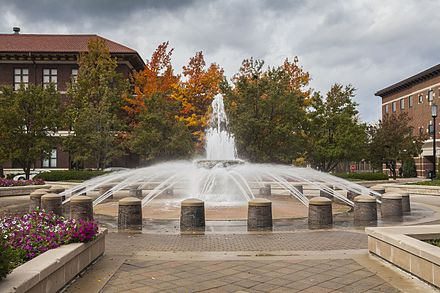 Loeb Fountain. Purdue University, West Lafayette, Indiana, Estados Unidos, 2012-10-15, DD 12.jpg