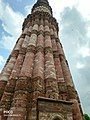 Qutub minar zoomed in middle.jpg