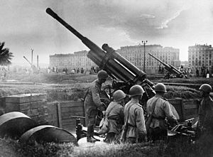 1st Guards Anti-Aircraft Artillery Division - Preparing AA guns for a training exercise in Moscow, c. 1943