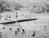 Pływanie rekreacyjne na świeżym powietrzu w ubraniu dla dzieci w Stanach Zjednoczonych, 1946 r.