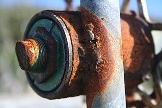 Ржавчина может полностью разрушить железо. Обратите внимание на гальванизацию незаржавевших участков.