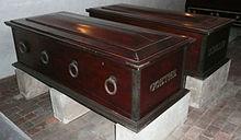 Coffins of Goethe and Schiller, Weimar vault (Source: Wikimedia)