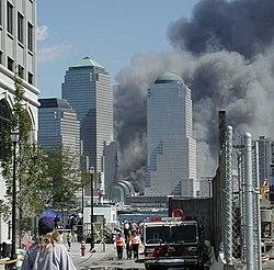 Paisagem assustadora de fumaça envolvendo os arranha-céus.