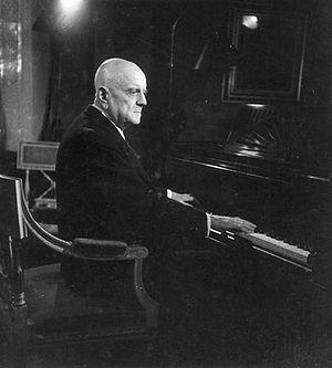 English: Jean Sibelius at the piano.