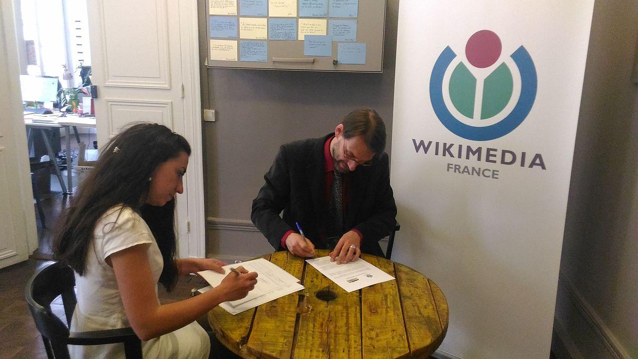 Signature du partenariat entre ArkéoTopia et Wikimedia France