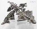Um cristal de um cristal de metal prateado deitado sobre uma superfície cinzento