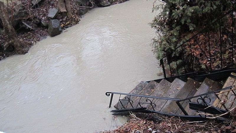 File:Stairway to wet feet^ - Escalier menant à un bain assuré... - panoramio.jpg