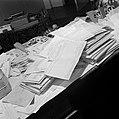 Stapels met poststukken, bovenop een telegram met gelukswensen van de Raad van B, Bestanddeelnr 255-8532.jpg