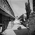 Straatje met een spelend kind en drogend wasgoed in de wijk Mea Shearim, Bestanddeelnr 255-0378.jpg