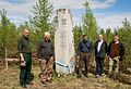 Suomalaisia vapaaehtoisia Summan muistomerkillä.jpg