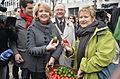 Sylvia Löhrmann und Hannelore Kraft verteilen Ostereier in Bochum.jpg