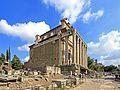 Tempio di Antonino e Faustina, inglobato nella chiesa di San Lorenzo in Miranda - panoramio.jpg