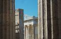 Temple d'Atena Nike a través dels pilars dels Propileus.JPG