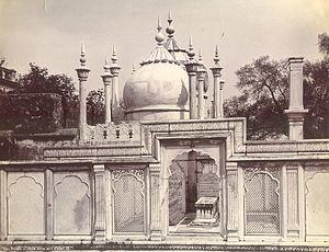 Qutbuddin Bakhtiar Kaki - The tombs of Shah Alam II and his son Akbar II, with Moti Masjid in the background, next to the Kaki Mausoleum complex in 1890s