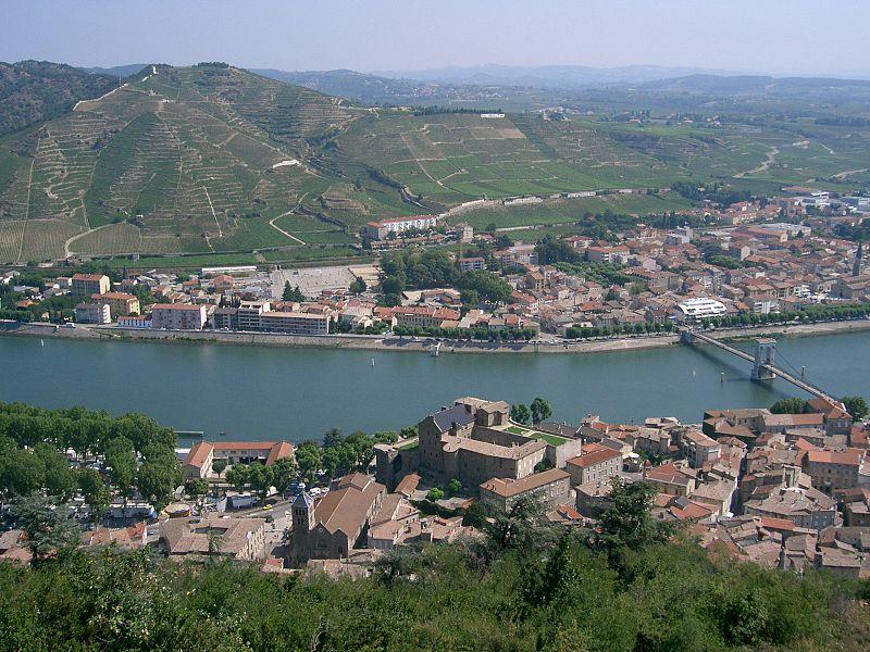 File:Tournon-sur-Rhône et son vignoble.JPG