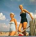 Två unga kvinnor i baddräkt på strand. Malen, Båstad, Skåne - Nordiska museet - NMA.0034002.jpg