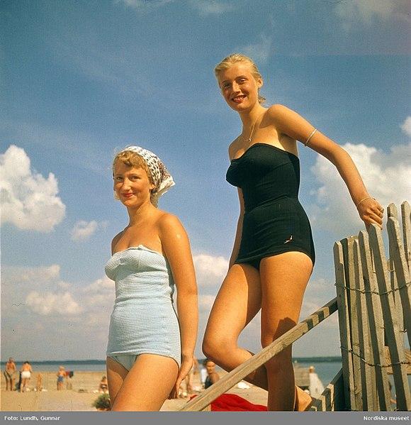 File:Två unga kvinnor i baddräkt på strand. Malen, Båstad, Skåne - Nordiska museet - NMA.0034002.jpg