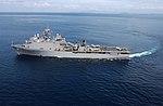 ВМС США 050117-F-4884R-015 Десантный десантный корабль USS Fort McHenry (LSD 43) делает широкий разворот перед проведением вертолетных операций у берегов острова Суматра, Индонезия.jpg