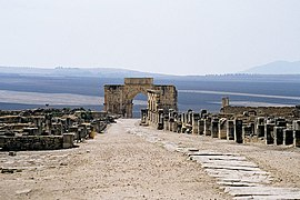 Volubilis-Decumanus Maximus and Arc of Caracala.jpg