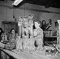 Vrouwen bezig met het tentoonstellen van de glazen voorwerpen, Bestanddeelnr 252-8917.jpg