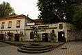 Węgry. Miasto Tokaj. Wejście do Piwnic Rakoczego i fontanna- posąg Bachusa. - panoramio.jpg
