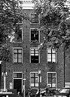 foto van Huis met gevel onder rechte klossenlijst