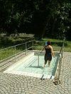 Kneippen im Wasserbecken