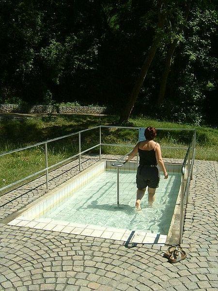 File:Wassertreten 1.jpg