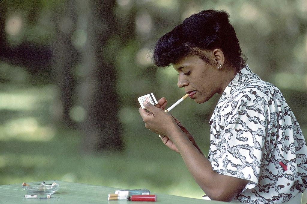 Woman smoking (3)