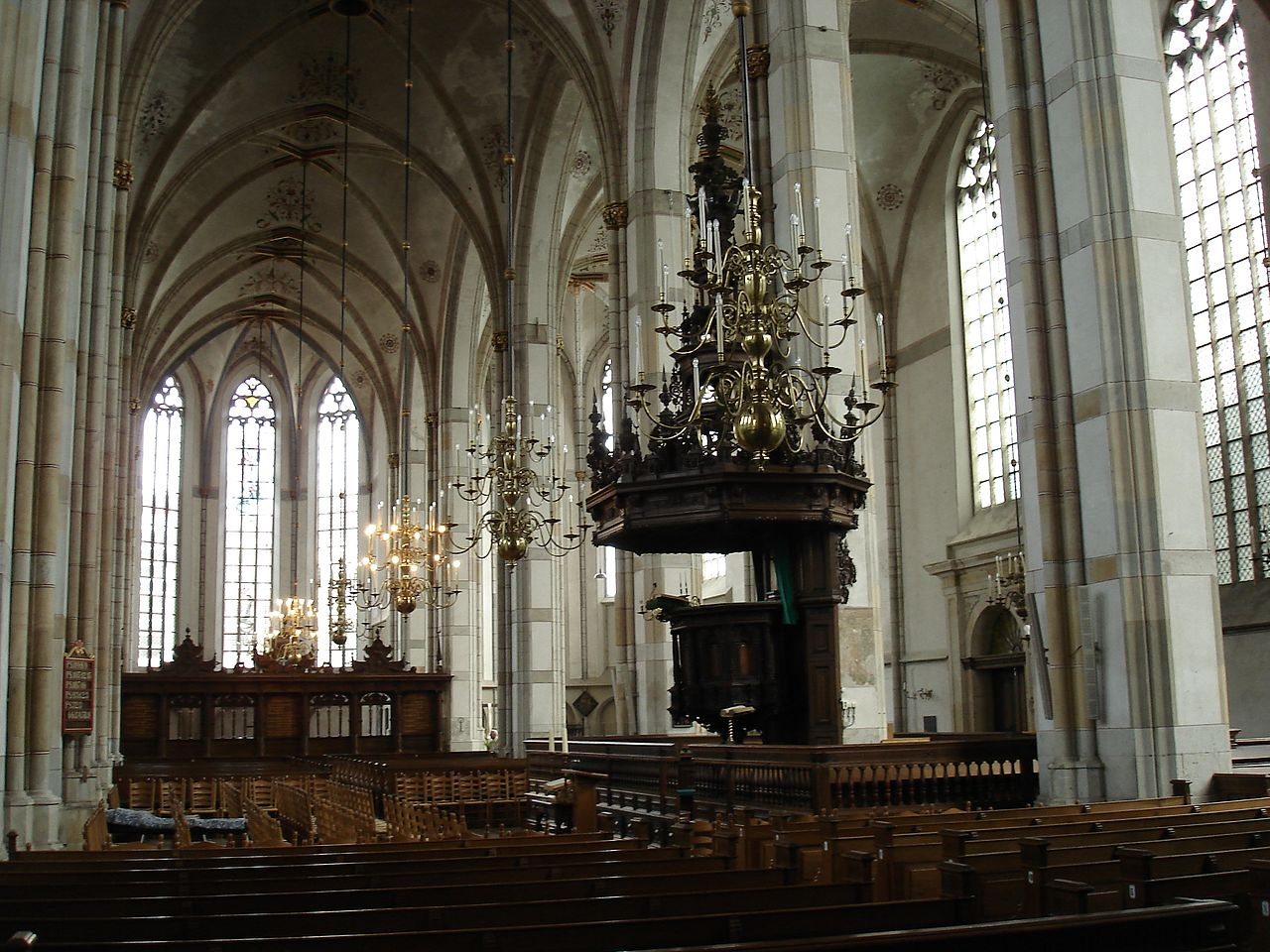 https://upload.wikimedia.org/wikipedia/commons/thumb/5/55/Zwolle_Sint_Michaelskerk_Interieur.jpg/1280px-Zwolle_Sint_Michaelskerk_Interieur.jpg