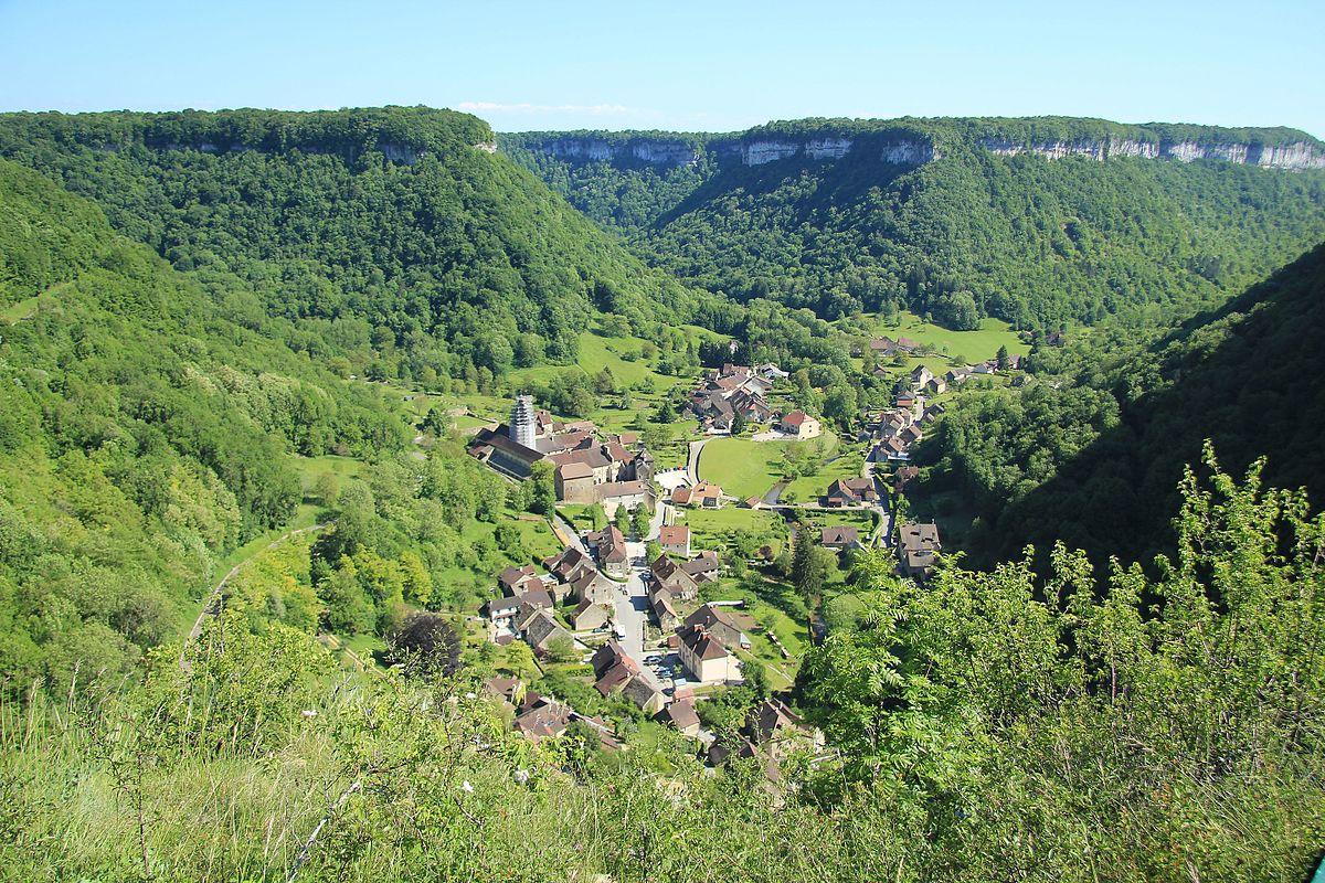 Юра Франция, деревня в долине.jpg