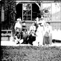 הרצל תיאודור בקרב ידידיו בקיטנה באוסיג (1902) מימין לשמאל - גברת וולפסון דוד -PHG-1002076.png